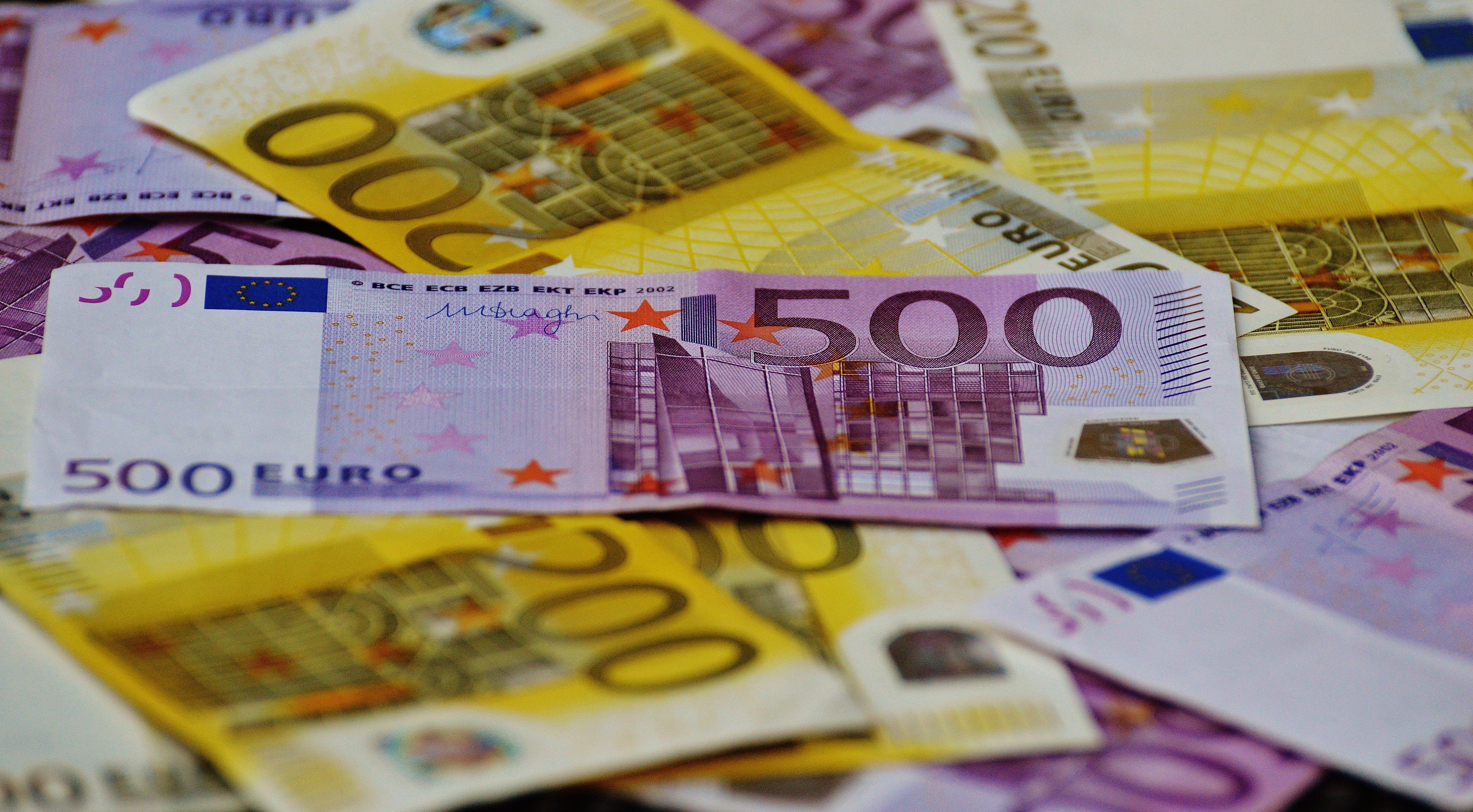 viele Euro Geldscheine mit hohen Werten