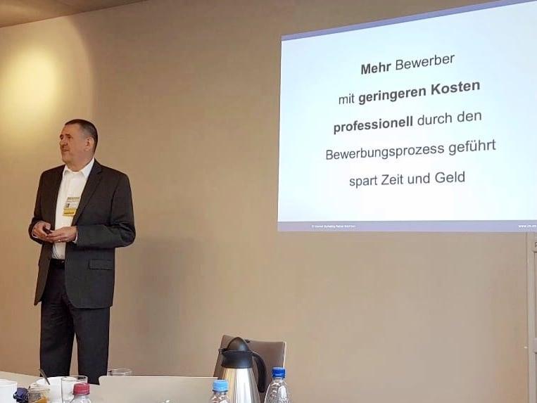 Rainer Mächtlen bei einer Kurzpräsentation
