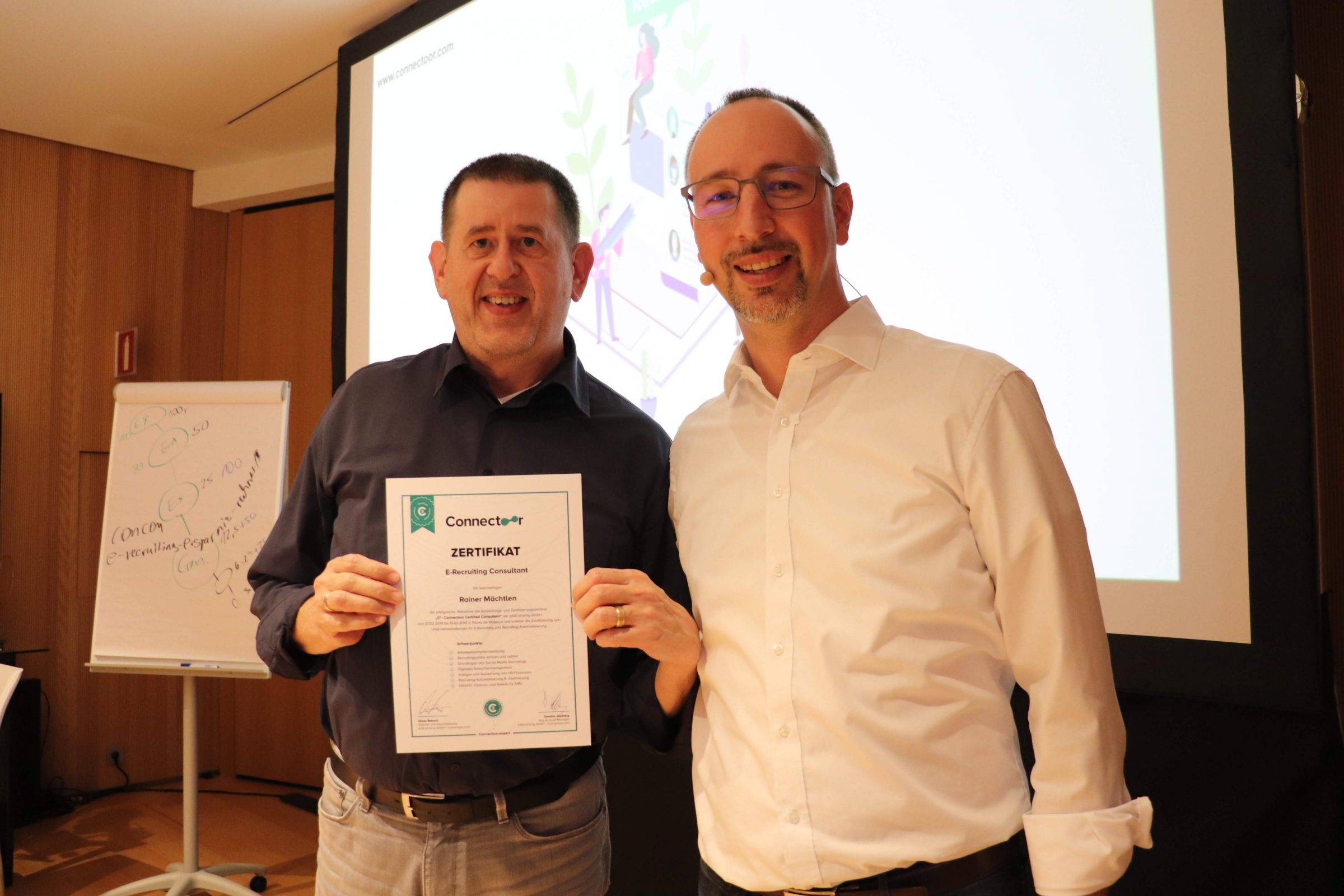 Oliver Reinsch übergibt Rainer Mächtlen das E-Recruiting Consultant Zertifikat