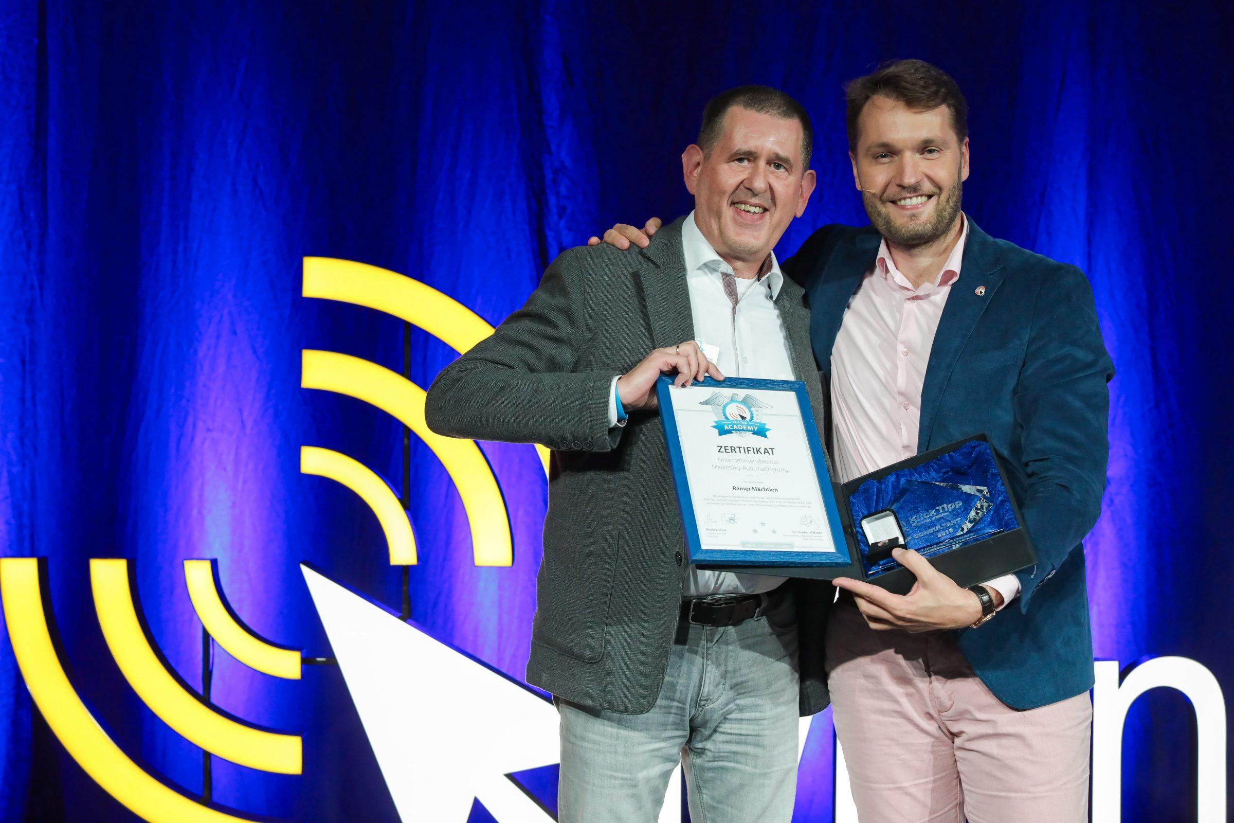 Mario Wolosz übergibt Rainer Mächtlen die Auszeichnung Klick-Tipp TOP Consultant 2019